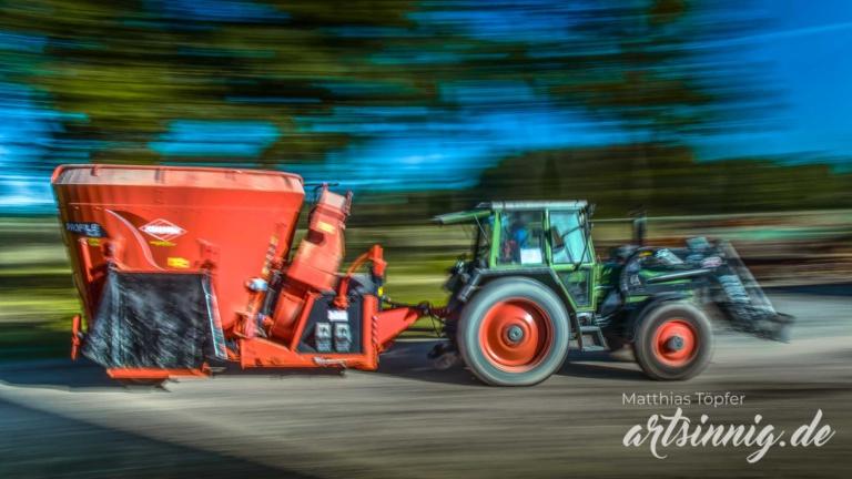 slow shutter speed Landwirtschaft Viehfütterung mit dem Traktor