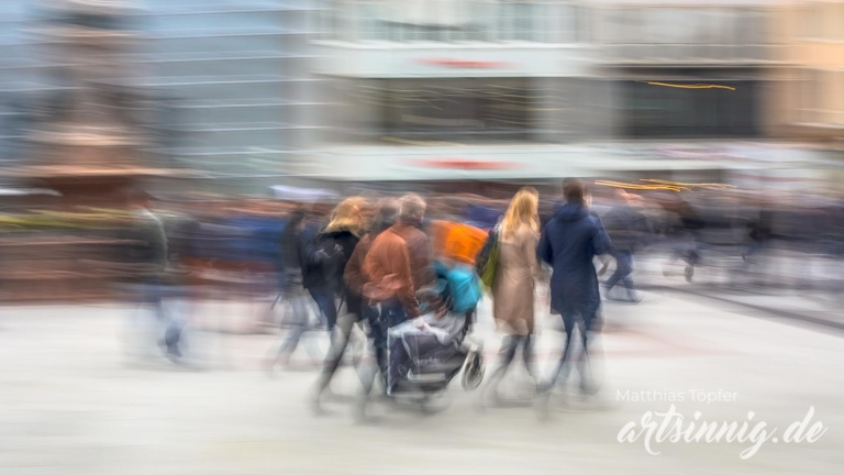 Fotografieren mit langer Belichtungszeit Menschen in der Fussgängerzone