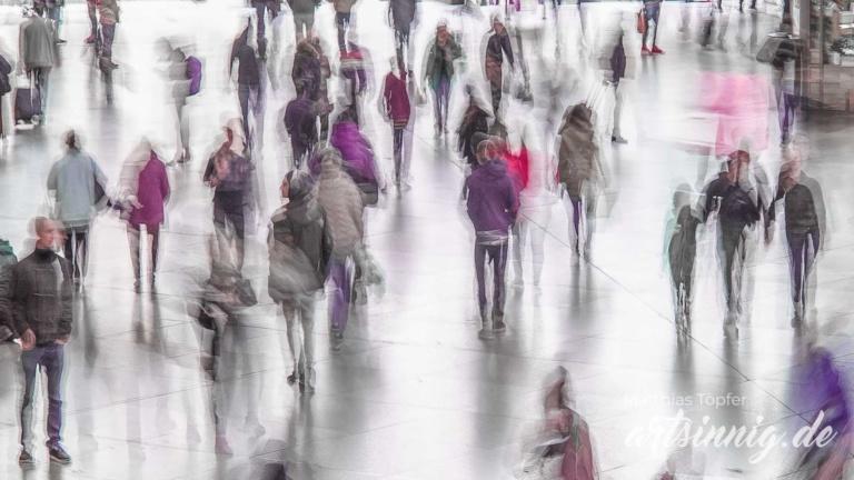 Langzeitaufnahme Menschen am Bahnhof