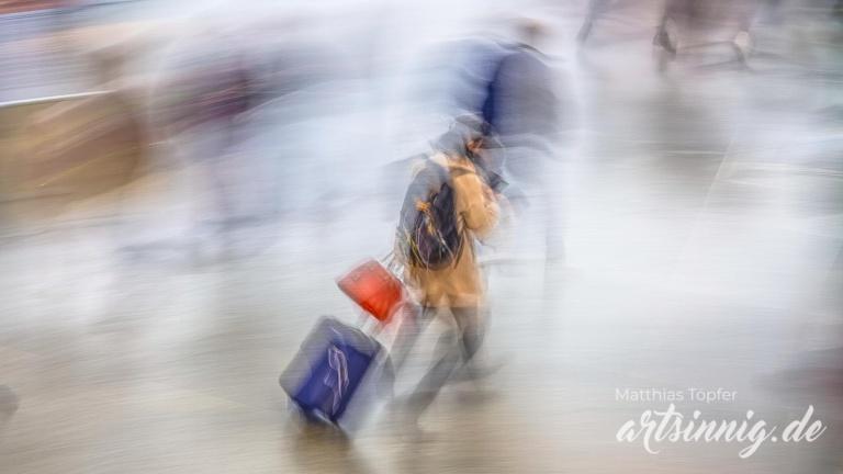 Slow shutter speed Foto eilige Menschen am Bahnhof
