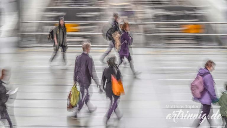 Slow shutter speed Aufnahmen Menschen am Bahnhof