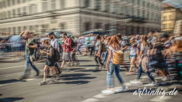slow shutter speed Fotografie junge Menschen auf einer Demo
